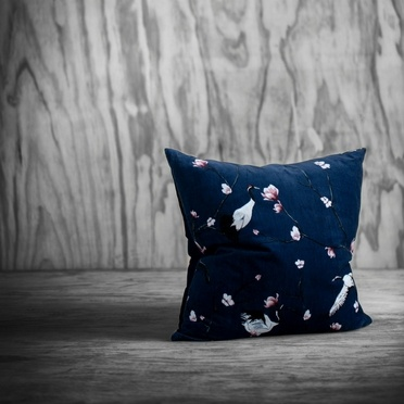 Coussin en velours bleu foncé avec des motifs de grues et de magnolias