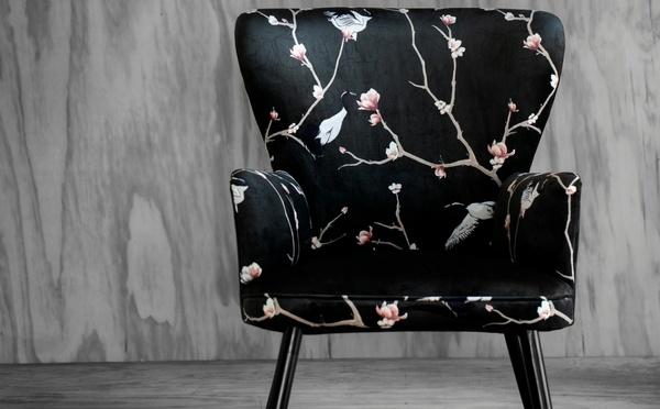 Schwarzer Stuhl mit Magnolien- und Kranichmotiv