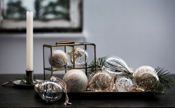 Décoration en verre sur une table avec une bougie en arrière-plan
