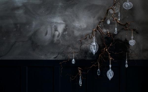 Décorations de Noël en verre sur une branche