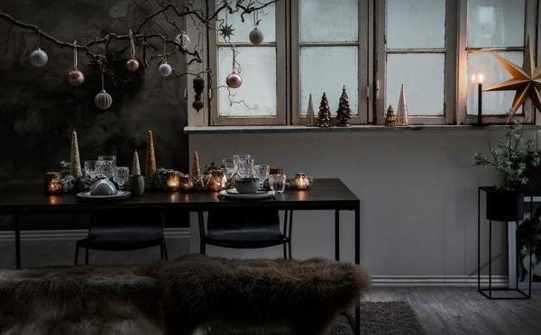 Ornements de Noël et un dressage de la table cosy