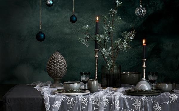 Table avec de la vaisselle rustique et des bougies