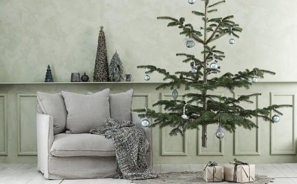 Weihnachtsbaum und Stuhl in weichen Grautönen