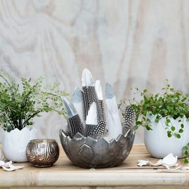 Ostertisch dekoriert mit Eiertöpfe und Pflanzen