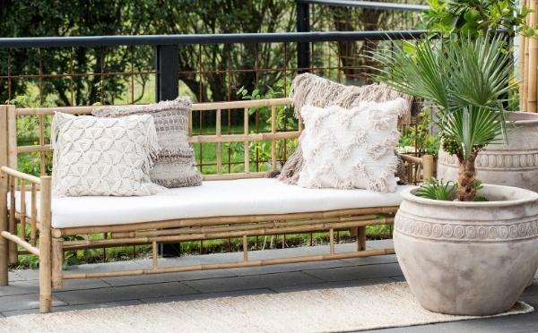 Lene Bjerre Mandisa Bambus daybed mit Kissen und großen Gartentöpfen