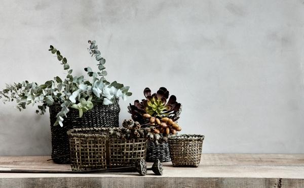 Körbe gefüllt mit künstlichen Zweigen und Obst