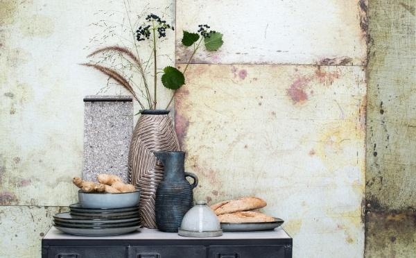 Schrank mit Amera Geschirr von Lene Bjerre und Vasen