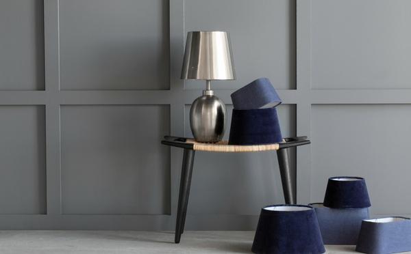 Lampe en argent avec une apparence métaallique et des bats-jour en velours bleus foncés