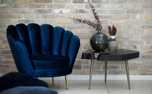 Chaise en velours bleu foncé et une table noire dans un style Art Deco