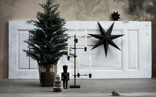 Arbre artificiel avec un grand chandelier et une étoile de Noël en arrière-plan