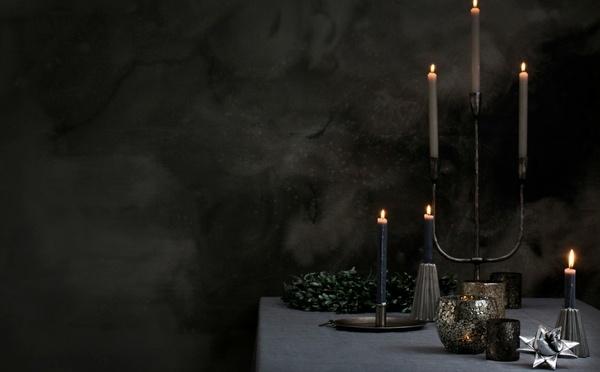Table dréssée minimaliste et cosy avec d'élégantes bougies