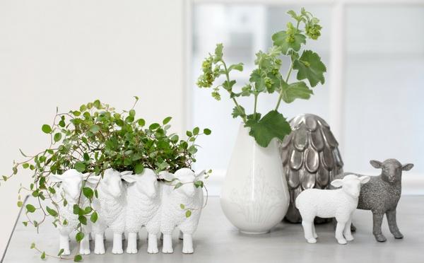 Weiße Osterlamm-Dekoschale und eine klassische Vase