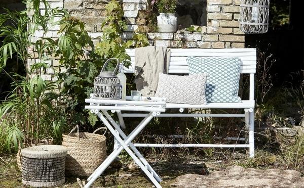 Meubles d'extérieur en bambou avec des paniers sur le côté composés de matériaux écologique