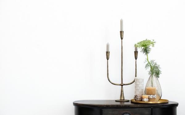 Tisch mit einem Kerzenleuchter aus Eisen und einem Tablett mit einer Vase und Kerzen