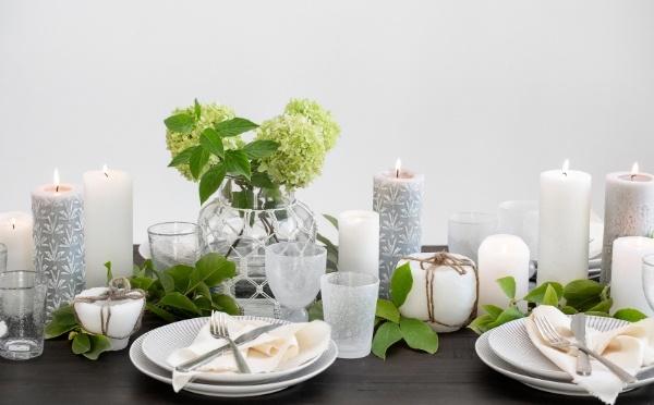 Tisch gedeckt mit Tellern, Gläsern, Besteck und Kerzen von Lene Bjerre