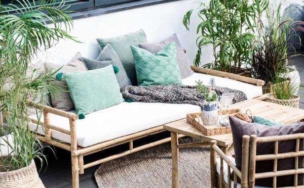 Mandisa Bambus daybed mit grünen Kissen und Pflanzen