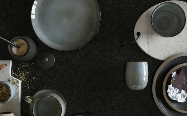 Vaisselle rustique avec plats, bols et mugs